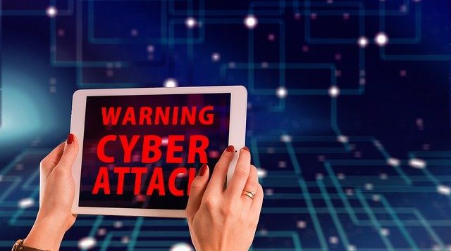 Tablet display warnt vor Cyberattacke